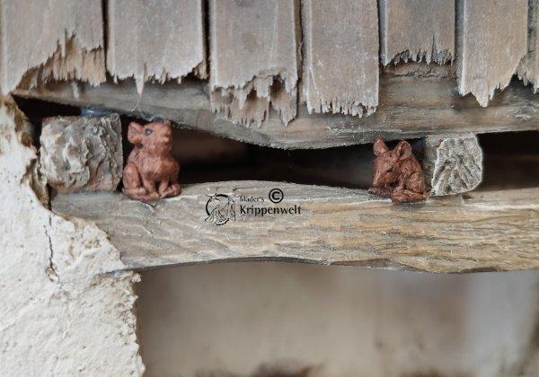 Krippenfiguren, ein Mäusepaar sitzend aus Kunstharz