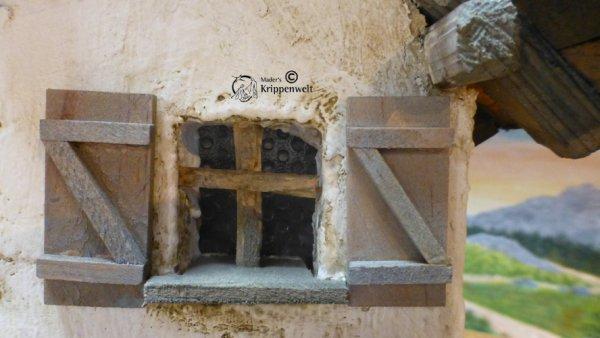 Fensterladen als Krippenzubehör