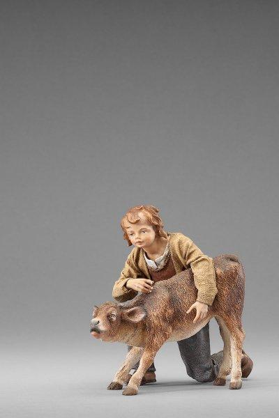 ein Hirtenjunge mit Kalb als Krippenfigur von der Rustika Krippe von Heide