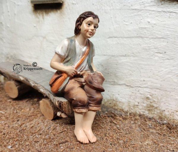 sitzender Wanderer als Krippenfigur aus Kunstharz