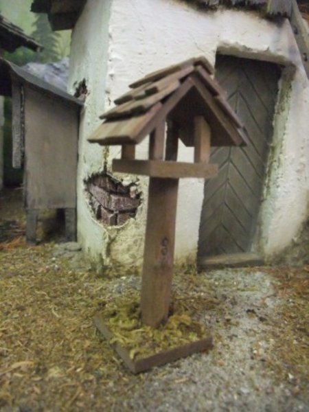 Vogelhaus mit Ständer als Krippenzubehör