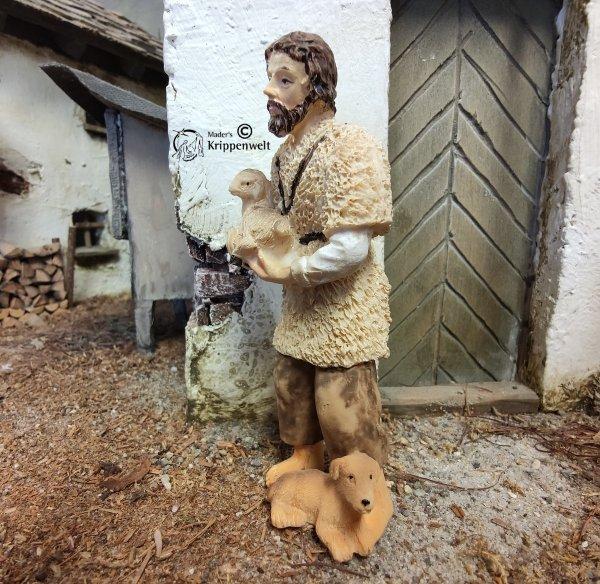 Krippenfigur aus Kunstharz - ein Hirte mit Lamm und Hund
