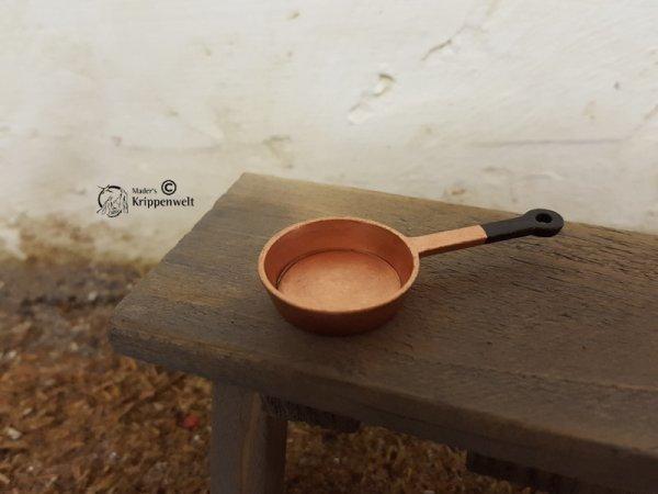 Pfanne aus Kupfer als Krippendekoration