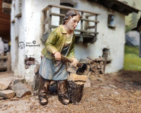 ein Holzarbeiter mit Axt und Hackstotz als Krippenfigur aus Kunstharz