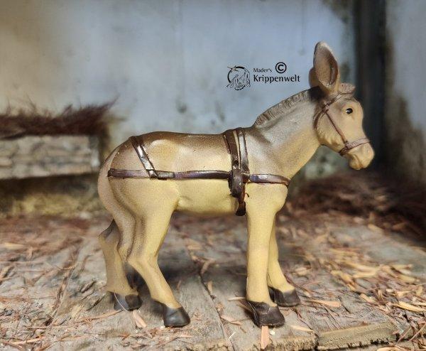 einen Esel mit Tragegeschirr als Krippenfigur aus Kunstharz