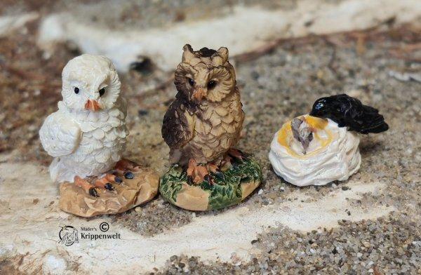Krippenfiguren, ein Eulenpaar und ein Vogelnest aus Kunstharz