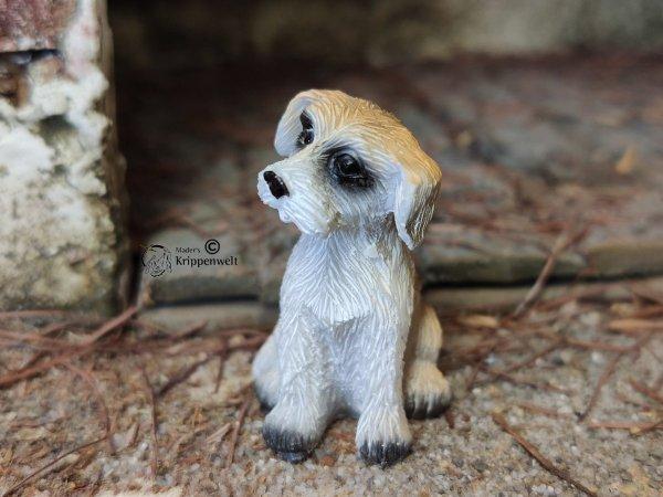 Krippenfiguren, ein kleiner sitzender Hund aus Kunstharz