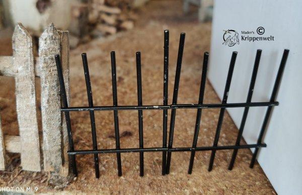 schwarzes Metallgitter für den Krippenbau