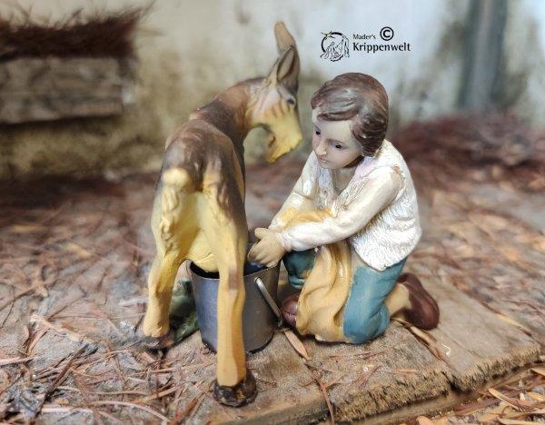 Krippenfiguren aus Kunstharz ein kniender Junge mit Ziege