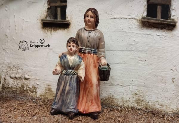 Krippenfiguren aus Kunstharz eine Magd mit Kind