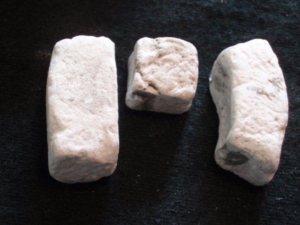 verschiedene Bausteine aus Gips als Krippenbaumaterial