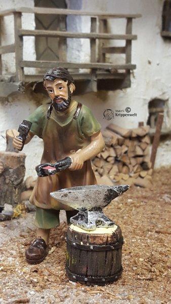 Schmied als Krippenfigur aus Polistone