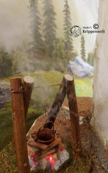 Feuerstelle mit Rauch und Kessel als Krippenzubehör