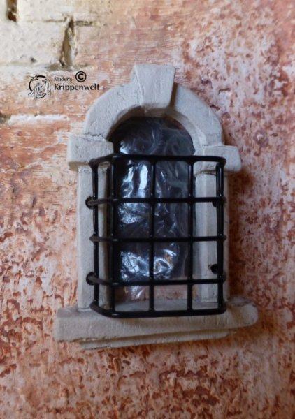 Fensterbogen mit Gitter für den Krippenbau