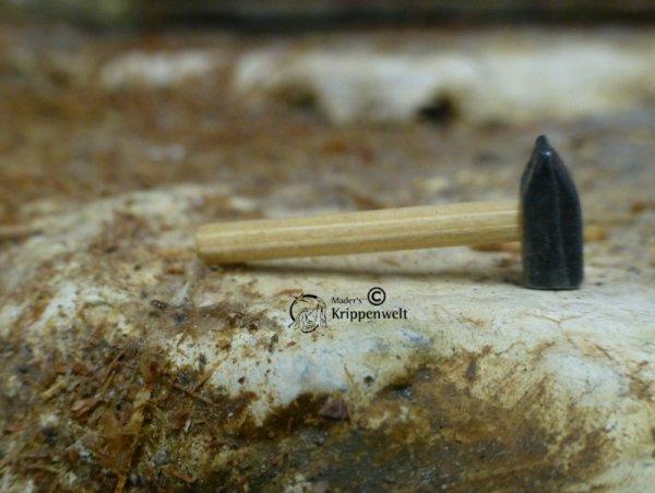 ein Hammer als Krippenzubehör