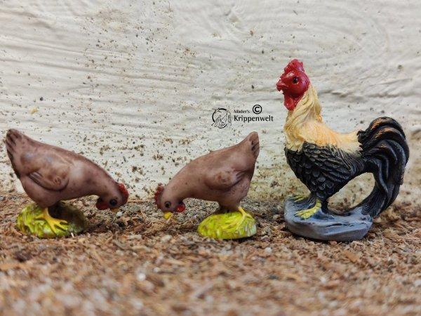 Krippenfiguren, ein Hahn und zwei Hennen aus Kunstharz