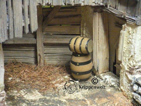 Holzfässer als Krippenzubehör