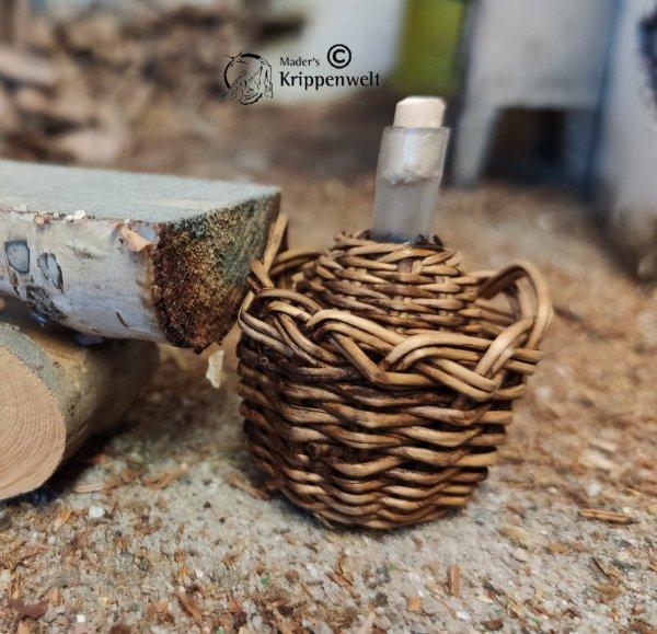 Krug mit Weinflasche aus Holz als Krippenzubehör
